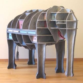 1984 bureau olifant beschilderd multiplex h 101 cm.