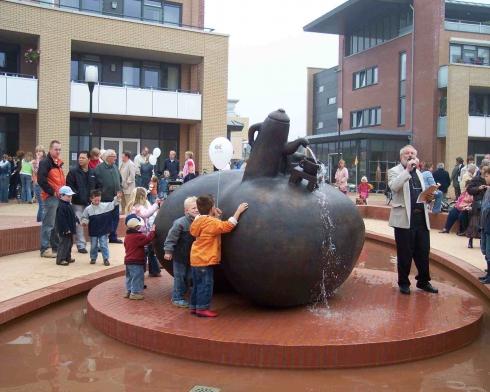 2004 'hart met koffiepot' fontein op plein Nijverdal